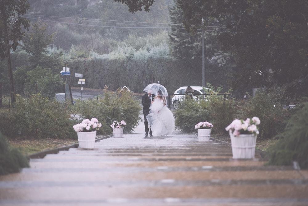 Gli sposi sotto la pioggia. Fotografo di matrimonio a Viterbo e Casina di Poggio della Rota, Tuscia. Sposi Andrea e Marzia. Noemi Federici, Fotografo Professionista di matrimonio a Viterbo, Tuscia, Poggio della Rota