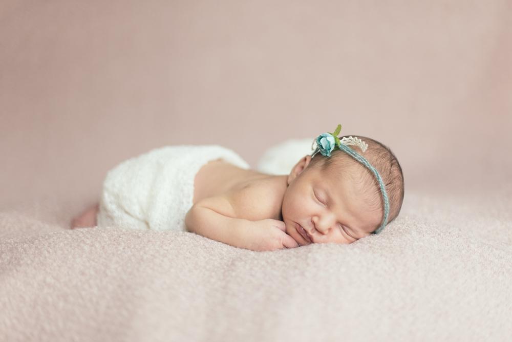 Sessione newborn. Fotografo per servizi neonati, newborn, maternità, a Viterbo Grosseto Pitigliano Saturnia. Noemi Federici fotografa professionista newborn, maternità, coppia e matrimonio a Viterbo e Grosseto.