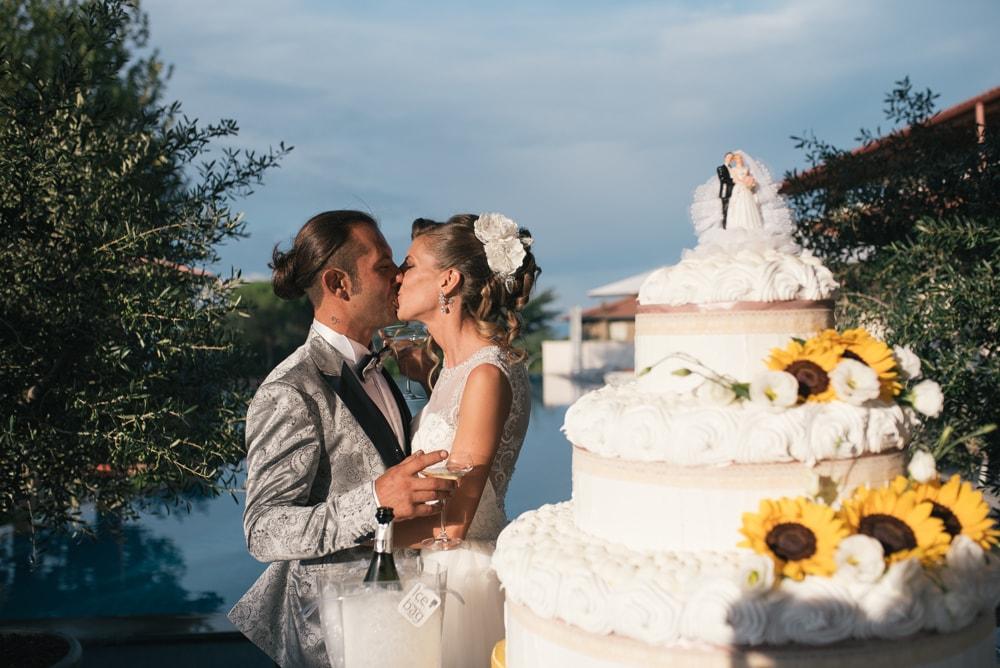 Gli sposi si baciano. Fotografo di matrimonio a Farnese, Viterbo e ricevimento a Pitigliano. Sposi Alessio e Cinzia. Noemi Federici, Fotografo Professionista di matrimonio a Viterbo, Farnese, Pitigliano