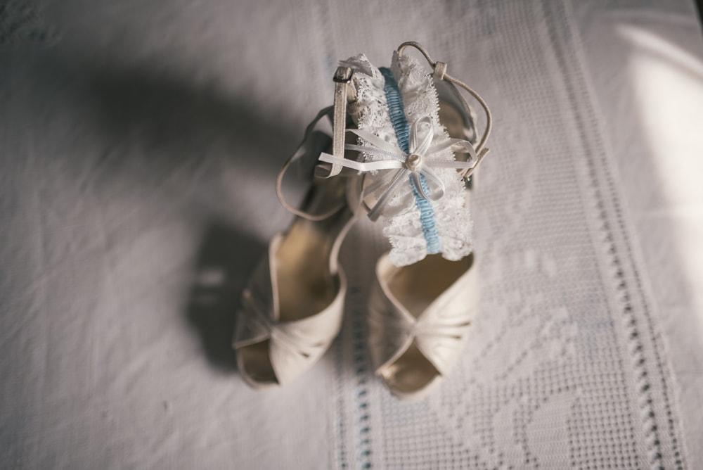 Dettaglio sulle scarpe della sposa. Fotografo di matrimonio a Farnese, Tuscia, Viterbo e ricevimento a Pitigliano. Sposi Jacopo e Anna Maria. Noemi Federici, Fotografo Professionista di matrimonio a Viterbo, Tuscia, Farnese