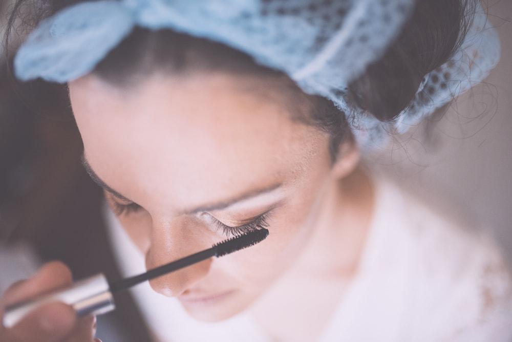 La sposa al trucco. Fotografo di matrimonio a Ischia di Castro, Viterbo e ricevimento a Manciano. Sposi Tiziano e Ladis. Noemi Federici, Fotografo Professionista di matrimonio a Viterbo, Tuscia, Ischia di Castro