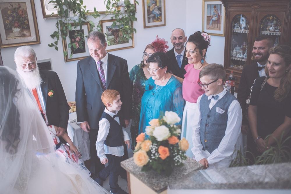 Foto di gruppo degli invitati. Fotografo di matrimonio a Ischia di Castro, Viterbo e ricevimento a Manciano. Sposi Tiziano e Ladis. Noemi Federici, Fotografo Professionista di matrimonio a Viterbo, Tuscia, Ischia di Castro