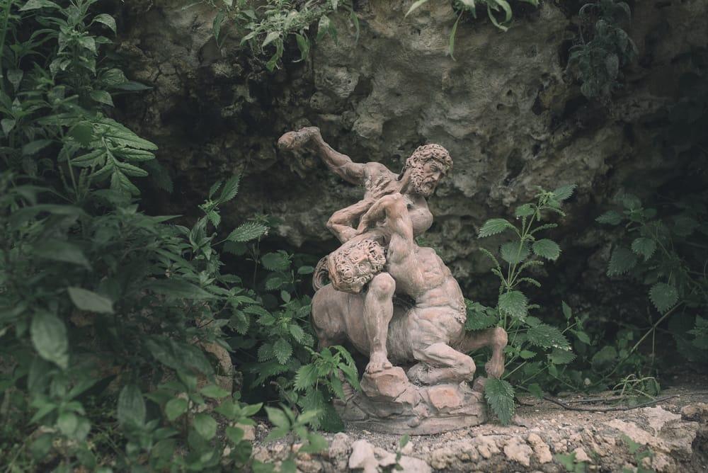 Servizio fotografico di engagement a Tauquinia, Parco de Sanctis. Foto di dettaglio di statua