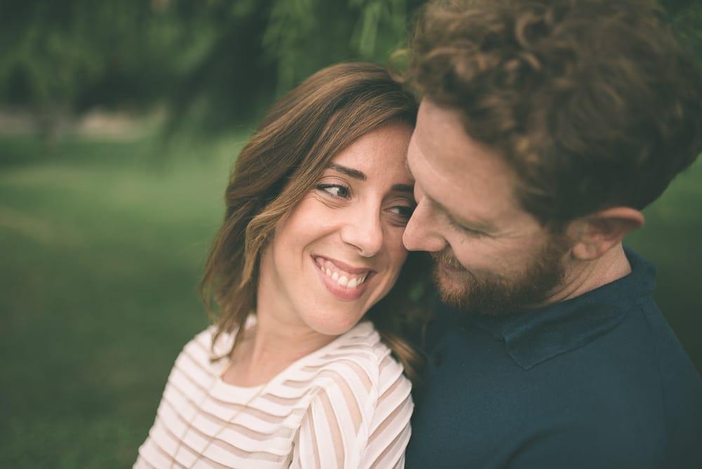 Servizio fotografico di engagement a Tauquinia, Parco de Sanctis. Maurizio e Nicoletta abbracciati